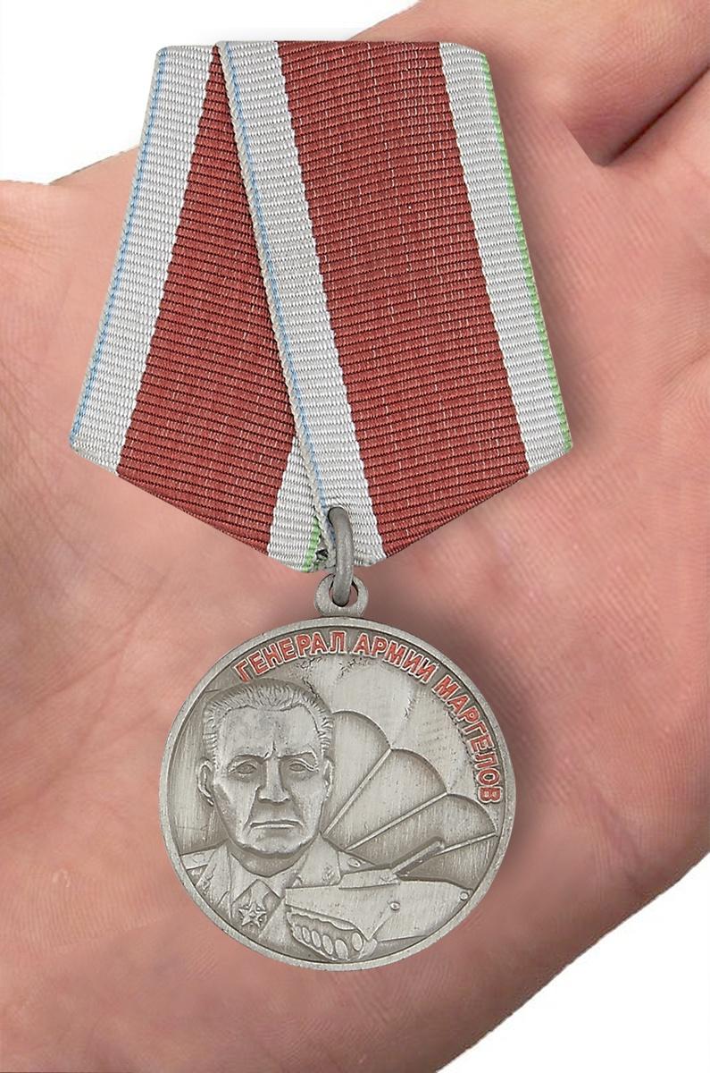 Медаль МО РФ Союз десантников России - вид на ладони