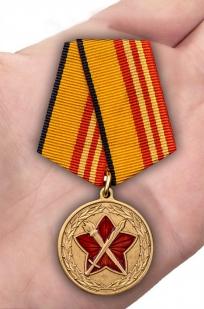 Медаль МО РФ За достижения в военно-политической работе - вид на ладони
