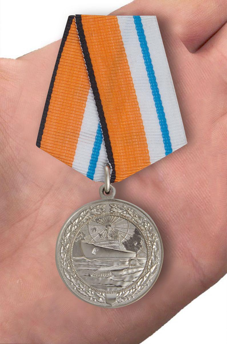 Медаль МО РФ За морские заслуги в Арктике - вид на ладони
