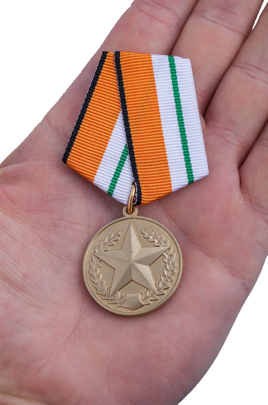 Медаль МО РФ За отличие в соревнованиях - вид на ладони