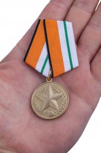 """Медаль МО РФ """"За отличие в соревнованиях"""" 3 степени - вид на ладони"""