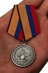 Медаль Минобороны РФ За отличие в учениях - вид на ладони