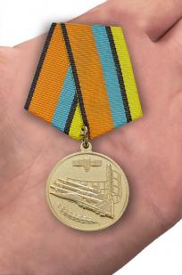 """Медаль МО РФ """"За службу в ВКС"""" - вид на ладони"""