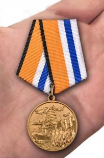 Медаль МО РФ За участие в Главном военно-морском параде - вид на ладони