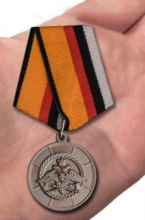 Медаль МО РФ За усердие при выполнении задач инженерного обеспечения - вид на ладони