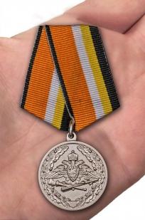 Медаль МО РФ За усердие при выполнении задач радиационной, химической и биологической защиты - вид на ладони