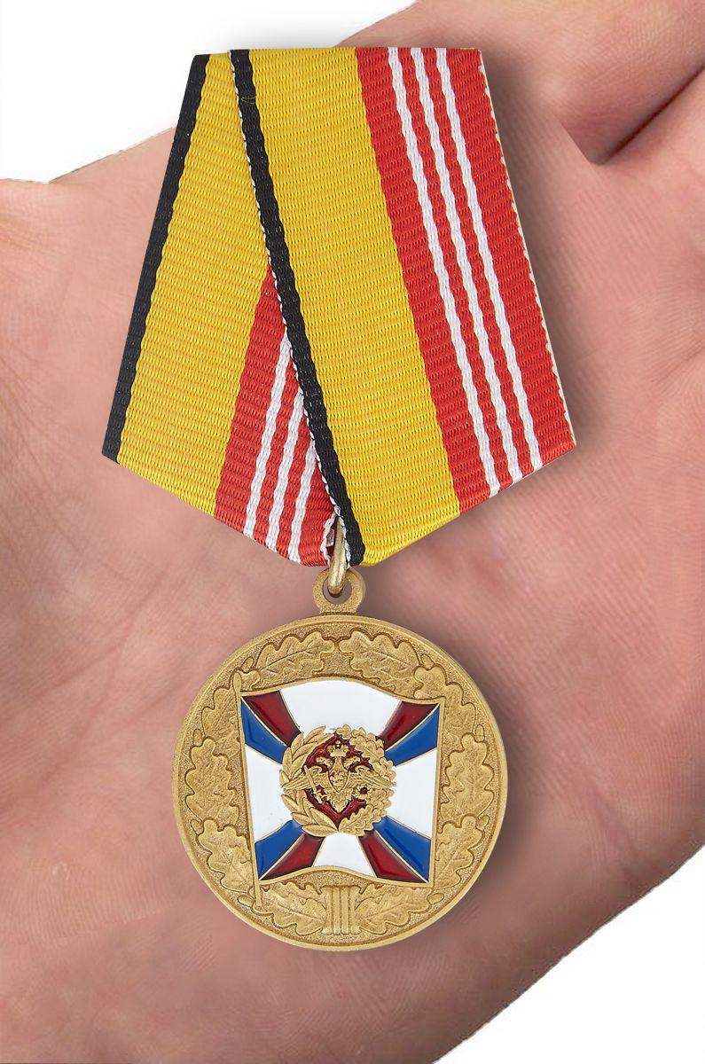 Медаль МО РФ За воинскую доблесть 3 степени - вид на ладони