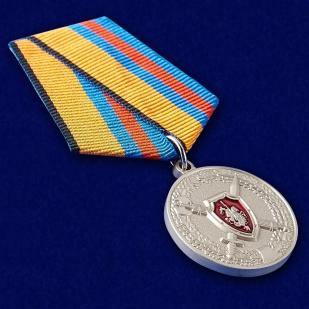"""Медаль МО РФ """"За заслуги в обеспечении законности и правопорядка"""" - вид под углом"""