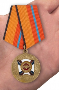Медаль МО России За трудовую доблесть - вид на ладони