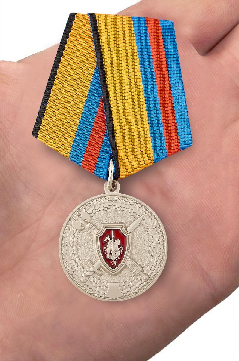 Медаль МО России За заслуги в обеспечении законности и правопорядка - вид на ладони