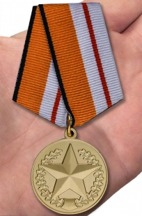 """Медаль МО """"За отличие в соревнованиях"""" 1 степени в бархатистом футляре из флока - вид на ладони"""