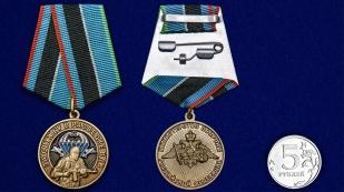 """Медаль """"За службу в разведке ВДВ"""" - сравнительный размер"""