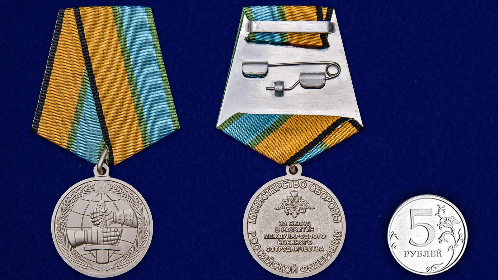 """Медаль МО """"За вклад в развитие международного военного сотрудничества"""" - сравнительный размер"""