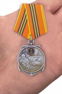 """Медаль """"Морская пехота России"""" в красивом футляре с покрытием из бордового флока - вид на ладони"""