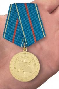 Медаль МВД РФ За заслуги в управленческой деятельности 1 степени - вид на ладони