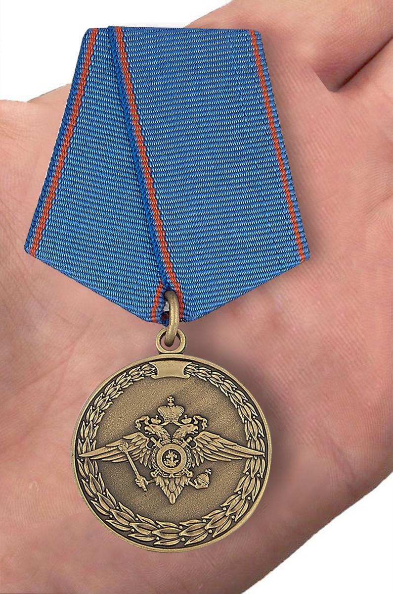 Медаль МВД России За доблесть в службе - вид на ладони