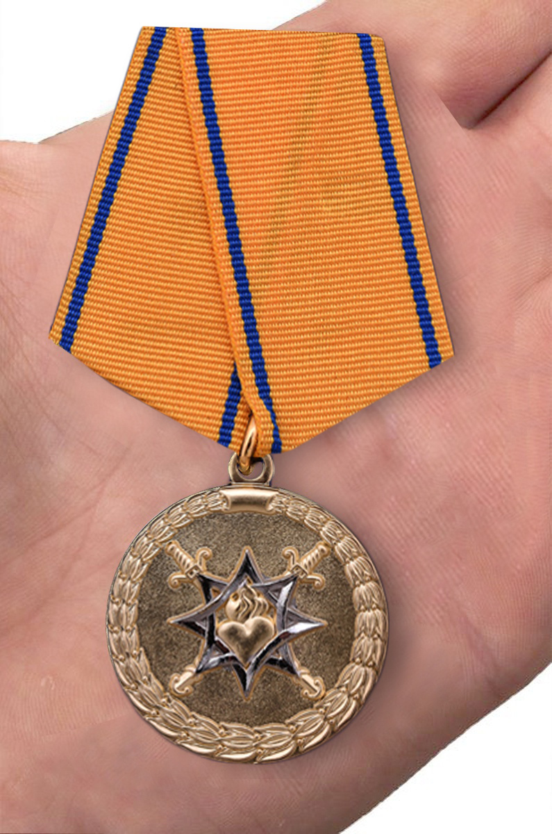 """Медаль """"За смелость во имя спасения"""" МВД России - вид на ладони"""