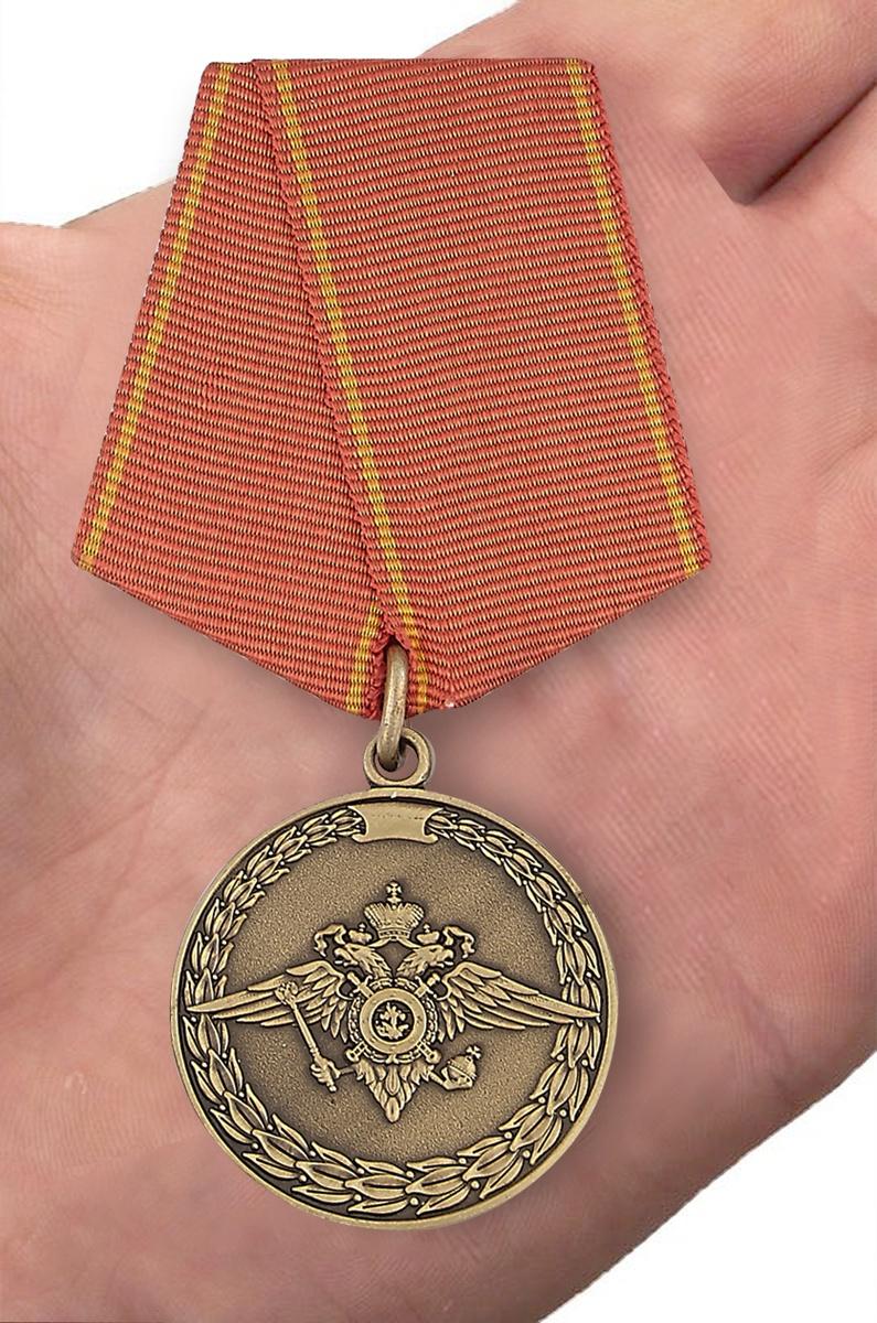 Медаль «За воинскую доблесть» (МВД) - вид на ладони
