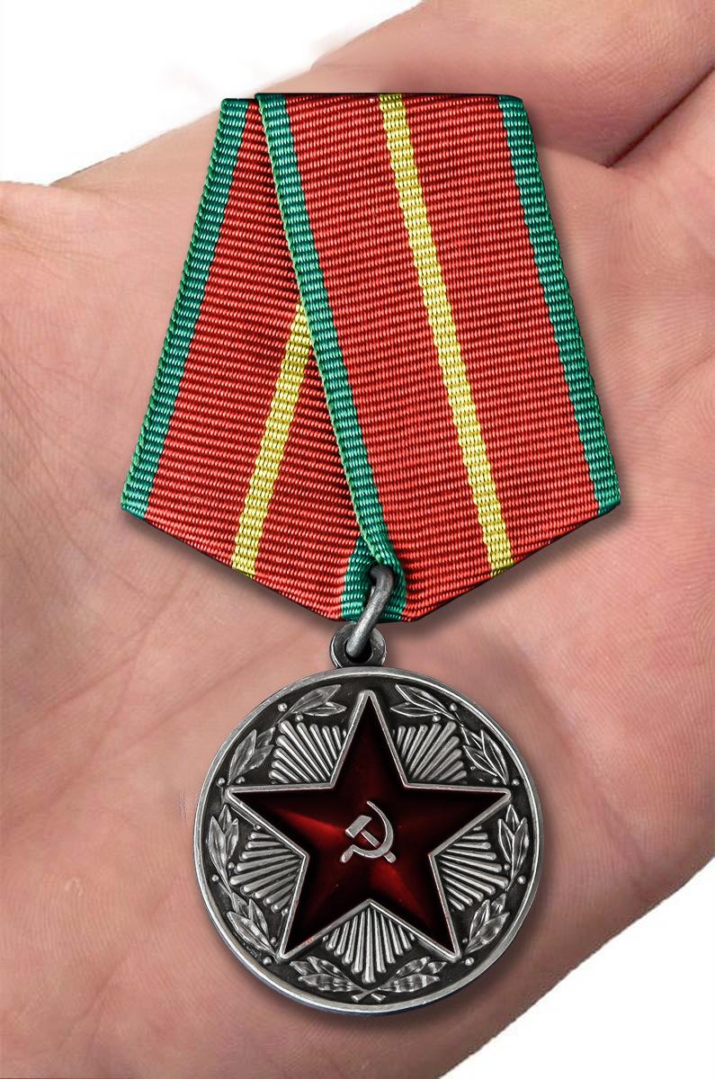 Медаль МВД СССР За безупречную службу 1 степени - вид на ладони