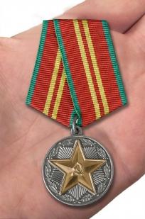 """Медаль МВД СССР """"За безупречную службу"""" 2 степень - вид на ладони"""