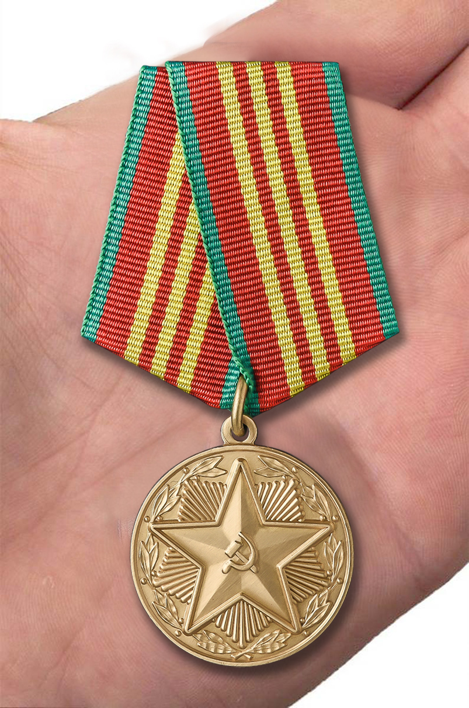 Медаль  МВД СССР За безупречную службу 3 степени - вид на ладони