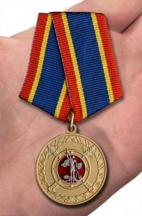 """Медаль МВД """"За добросовестную службу"""" в нарядном футляре из флока – вид на ладони"""