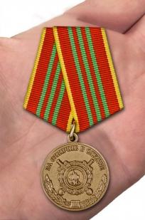 Медаль МВД За отличие в службе 3 степени на подставке - вид на ладони