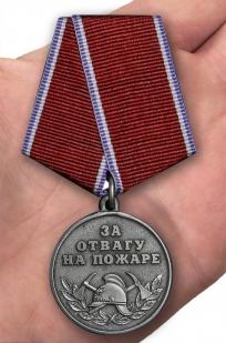 Медаль МВД За отвагу на пожаре - вид на ладони