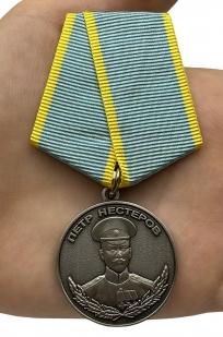 Памятная медаль Нестерова - вид на ладони