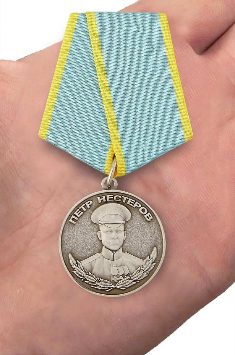 Медаль Нестерова в футляре из бархатистого флока с пластиковой крышкой - вид на ладони