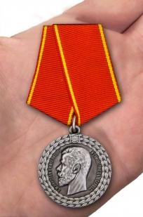 Медаль Николая II За беспорочную службу в полиции - вид на ладони