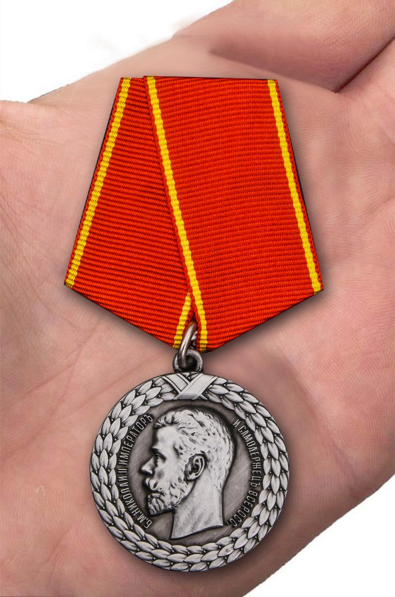 Медаль Николая II За беспорочную службу в тюремной страже - вид на ладони