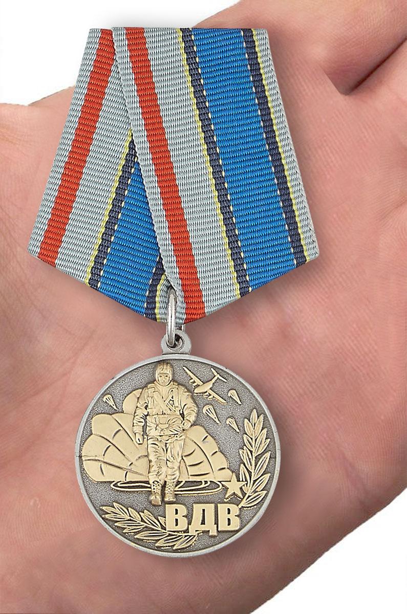 "Медаль ""Никто, кроме нас"" - вид на ладони"