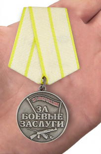 """Медаль Новороссии """"За боевые заслуги"""" - вид на ладони"""