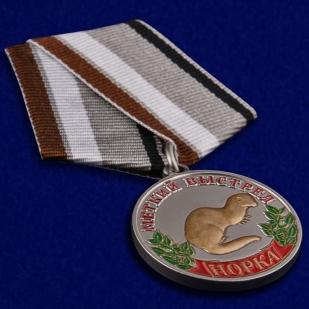 """Медаль охотнику """"Норка"""" (Меткий выстрел) в бархатистом футляре из флока - общий вид"""