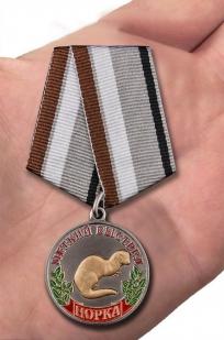 """Медаль охотнику """"Норка"""" (Меткий выстрел) в бархатистом футляре из флока - вид на ладони"""