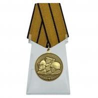 Медаль Памяти героев Отечества на подставке