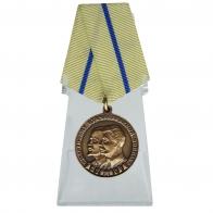 Медаль Партизану Отечественной войны на подставке