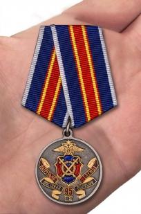 """Медаль """"Патрульно-постовой службе полиции 95 лет"""" - вид на ладони"""