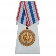 Медаль Почетный сотрудник Госбезопасности на подставке