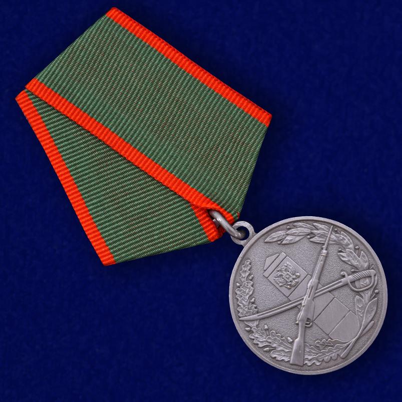 Муляж медали «За отличие в охране Государственной границы» - вид под углом