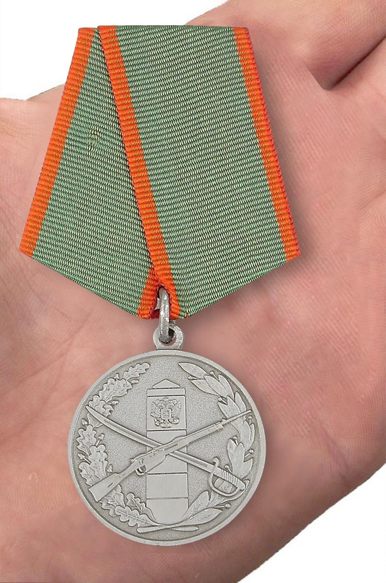 Муляж медали «За отличие в охране Государственной границы» - вид на ладони