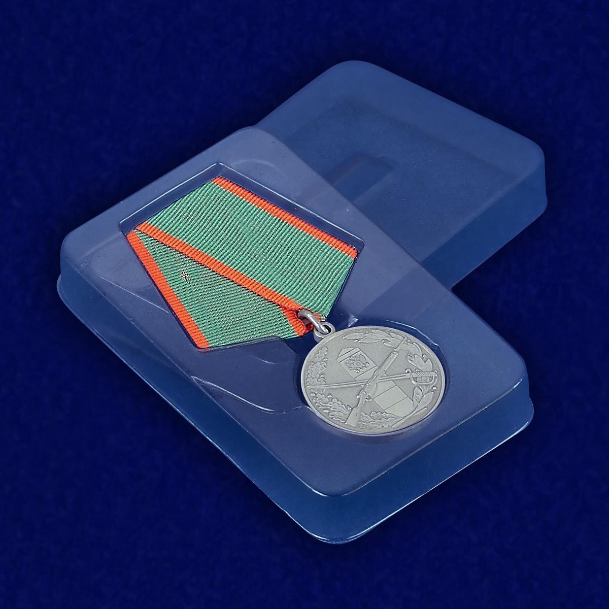 Муляж медали «За отличие в охране Государственной границы» - вид в футляре