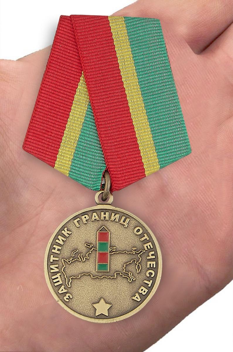 Медаль Погранвойск Защитник границ Отечества - на ладони