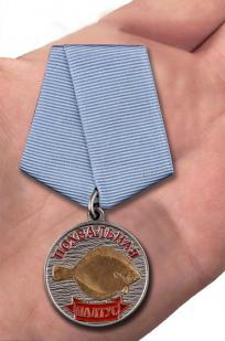Медаль похвальная Палтус - вид на ладони