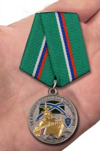 Медаль ПС ФСБ За службу в береговой охране - вид на ладони