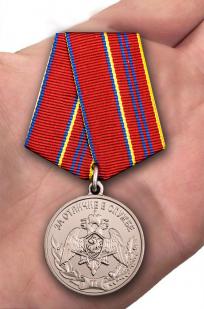 Медаль Росгвардии За отличие в службе 2 степени - вид на ладони