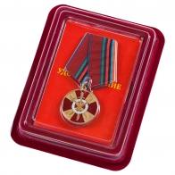 """Медаль Росгвардии """"За боевое содружество"""" в нарядном футляре с покрытием из бордового флока"""