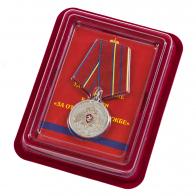 """Медаль Росгвардии """"За отличие в службе"""" 1 степень в нарядном футляре из бордового флока"""