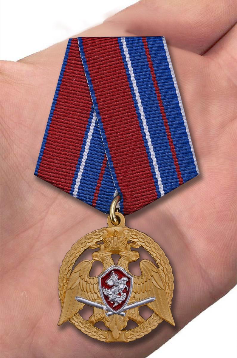 """Медаль Росгвардии """"За проявленную доблесть"""" 1 степени - вид на ладони"""